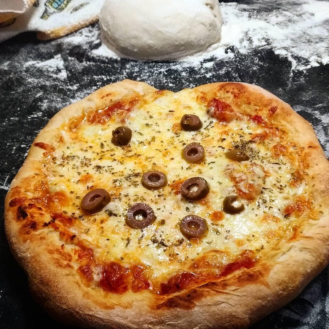 Pizza assada em forno caseiro